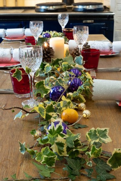 Simple five-minute ivy Christmas table decorations