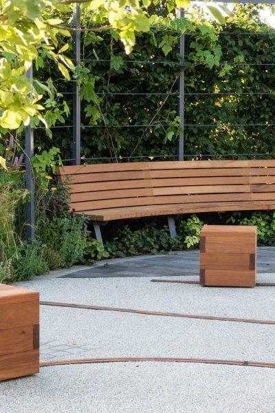 Contemporary curved garden by Alexandra Bartczak