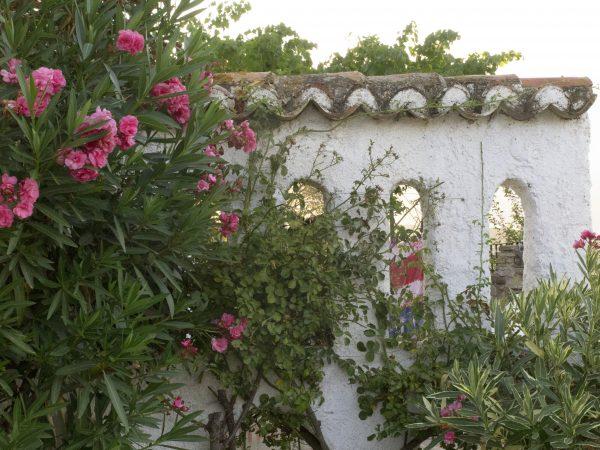 Brick garden privacy screen in Spain