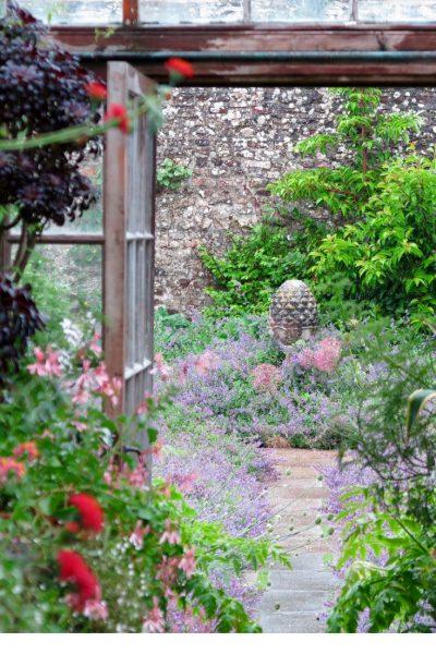 Country garden ideas and inspiration from this beautiful classic English country garden #gardening #Englishcountrygarden