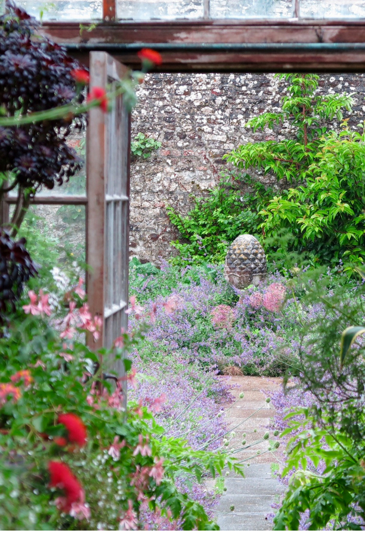 Country garden ideas and inspiration from this beautiful classic English country garden #gardening #Englishcountrygarden