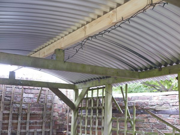 How to support the curved roof