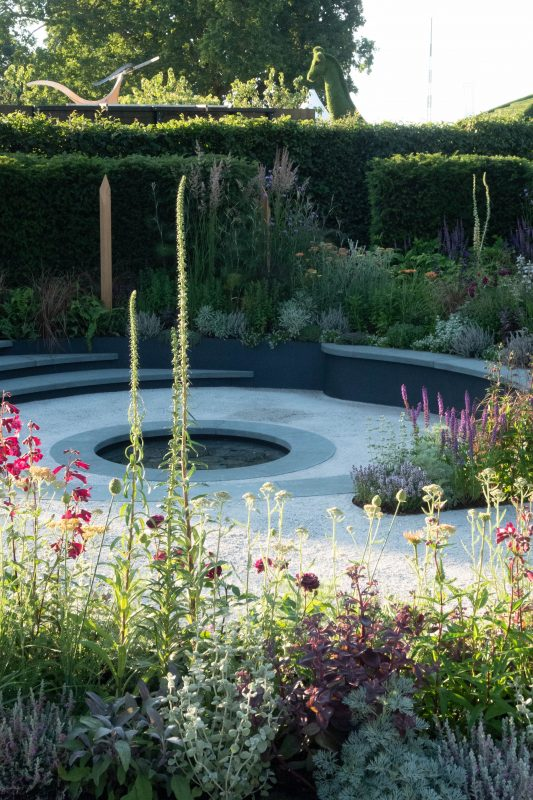 Curved gardens are back in a big way - The Middle-Sized
