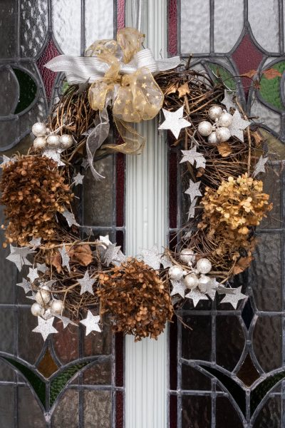 Twig wreath with stars and hydrangea heads